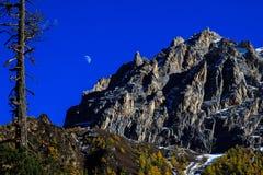 Halvmånen klättrar upp Arkivbild