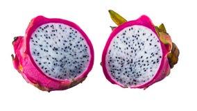 Halvor av den mogna nya Pitahaya eller Dragon Fruit närbilden som isoleras på vit bakgrund arkivbild