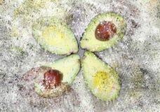 Halvor skivade avokadot med explosioneffektbakgrund royaltyfri bild