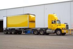 Halvt åka lastbil fotografering för bildbyråer
