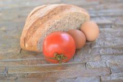 Halvt bröd av svart mjöl Arkivfoto