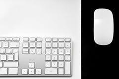 Halvt datortangentbord och smart mus Arkivbilder