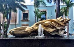 Halvt skal, halv kvinnavattenspringbrunn Arkivfoton