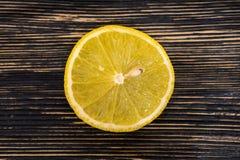 Halvt snitt skivad ny citron på Wood tabellbakgrund, lantlig stil Arkivfoto