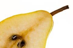 Halvt williams päron som isoleras på vit bakgrund arkivfoton