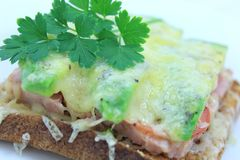 Ham Cheese Tomato y aguacate asados a la parrilla en tostada Fotos de archivo libres de regalías