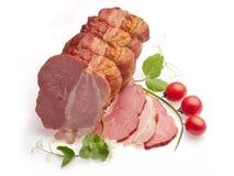 Ham die met tomaten, ui en groene erwt wordt verfraaid Stock Afbeelding