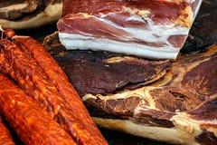 Ham en gerookte varkensvleesworst en droog Royalty-vrije Stock Afbeeldingen