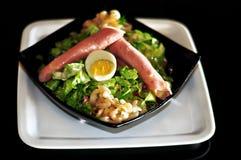 Ham en groene salade met ei Stock Foto's