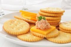 Ham en kaas op crackers royalty-vrije stock fotografie