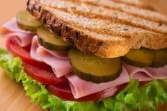 Ham en tomatensandwich stock afbeelding