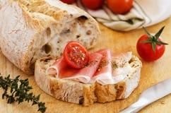 Ham met brood Stock Afbeeldingen