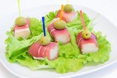 Ham met een meloen en olijven op een witte plaat Royalty-vrije Stock Foto