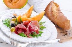 Ham met meloen en olijven Royalty-vrije Stock Afbeelding