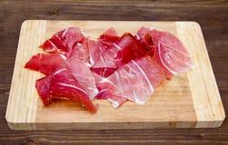 Ham op scherpe raad op hout Stock Afbeeldingen