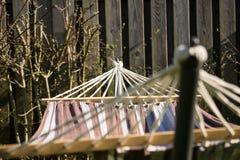 Hamac accrochant dans un jardin Image libre de droits
