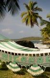 Hamac avec des arbres de noix de coco de paume sur la mer des Caraïbes au Maison-Canada Images stock