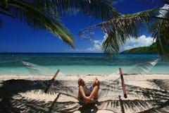 Hamac de détente dans les îles fidji Photographie stock libre de droits