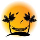 Hamac de paume contre le coucher de soleil illustration libre de droits
