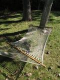 Hamac net ficelé entre deux arbres, la semaine dernière de l'été Photo libre de droits