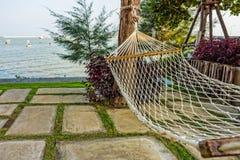 Hamac pour la relaxation avec une vue de mer photographie stock libre de droits