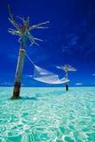 Hamac vide de l'au-dessus-eau au milieu de lagune Image stock