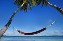 Hamaca colorida entre las palmeras, isla de Ofu, grupo de Vavau, a Foto de archivo