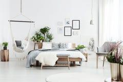 Hamaca en dormitorio acogedor Fotografía de archivo libre de regalías