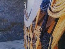 Hamaca en el balcón con la pared de piedra detrás imagenes de archivo