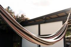 Hamaca en el patio trasero en sol de la tarde fotografía de archivo