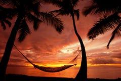 Hamaca en la puesta del sol en paraíso Foto de archivo