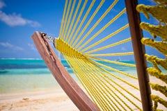 Hamaca verde en la playa Fotos de archivo libres de regalías