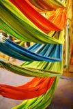 Hamacas de diversos colores, colores del arco iris en el mercado de la noche en Goa fotografía de archivo libre de regalías