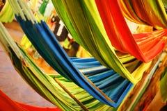 Hamacas de diversos colores, colores del arco iris en el mercado de la noche en Goa imagen de archivo libre de regalías