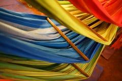 Hamacas de diversos colores, colores del arco iris en el mercado de la noche en Goa imagen de archivo