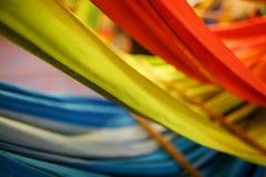 Hamacas de diversos colores, colores del arco iris en el mercado de la noche en Goa imágenes de archivo libres de regalías