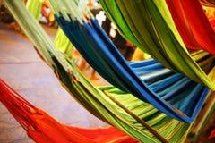 Hamacas de diversos colores, colores del arco iris en el mercado de la noche en Goa imagenes de archivo