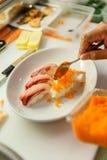 Hamachi寿司和虾寿司顶部与Tobiko (虾鸡蛋)和Mayongnes 免版税库存图片