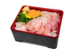 Hamachi Madai uni Don: Japonês Donburi com iso misturado dos peixes crus Imagem de Stock