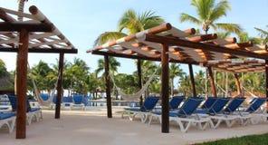 Hamacs et chaises sur une piscine de station de vacances du Mexique Photo libre de droits