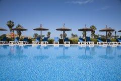 Hamaków parasole w pływackim basenie Fotografia Stock