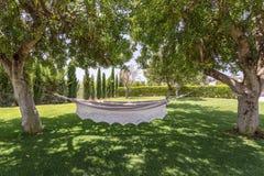 Hamak dla odpoczynków ważeń w ogródzie Zdjęcia Royalty Free