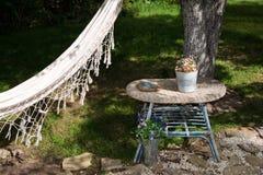 Hamak w lato ogródzie, słoneczny dzień Selekcyjna ostrość Zdjęcia Royalty Free