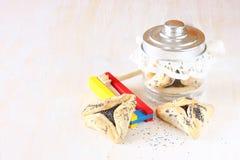 Hamantaschen ciastka, hamans ucho dla Purim świętowania lub noisemaker Fotografia Stock