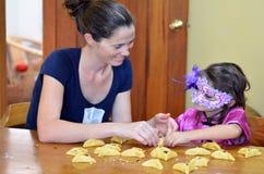 Hamantaschen kakamatlagning i Purim ferie royaltyfria bilder