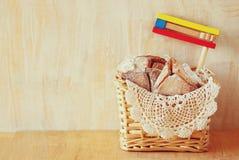 Hamantaschen kakor eller hamansöron och noisemaker för Purim beröm (judisk ferie) royaltyfri foto
