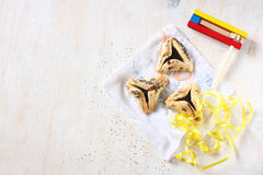 Hamantaschen kakor eller hamans gå i ax för den Purim beröm och noisemakeren Royaltyfria Bilder