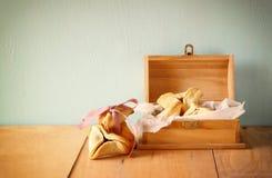 Hamantaschen kakor eller hamans gå i ax Purim beröm (judisk ferie) Filtrerad bild royaltyfri foto