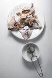 Hamantaschen kakor för Purim på en vit platta arkivfoton