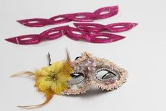 Hamantaschen-Plätzchen oder hamans Ohren, Krachmacher und Maske für jüdischen Karnevalsfeiertag Purim-Feier und Funkelnhintergrun lizenzfreie stockbilder